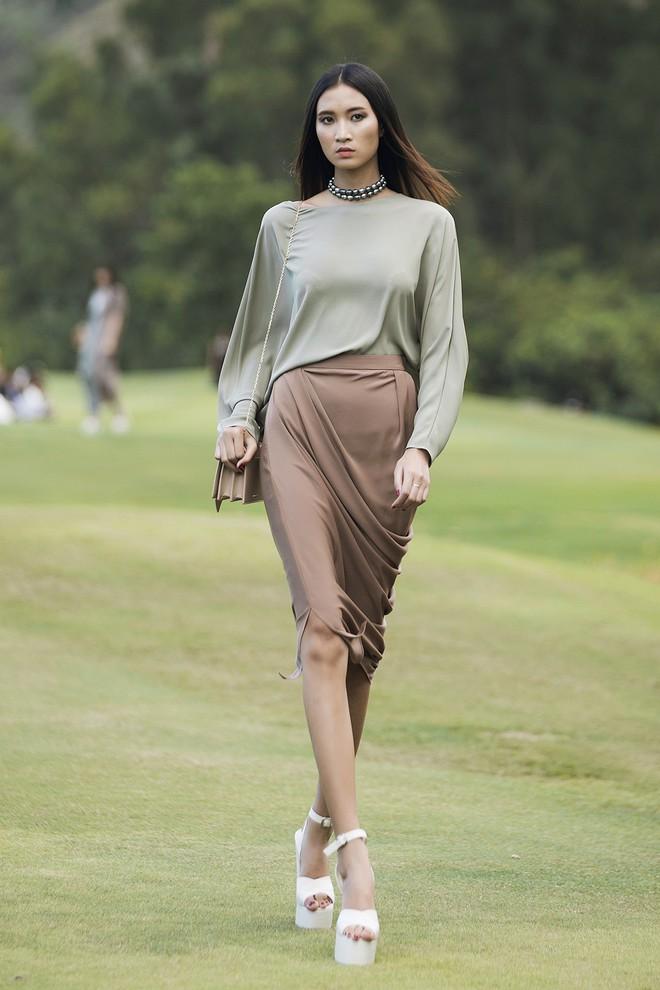 Đi giày hơn 15cm catwalk trên sân golf, khách mời phải ngả mũ trước dàn mẫu đỉnh của NTK Đỗ Mạnh Cường - ảnh 18