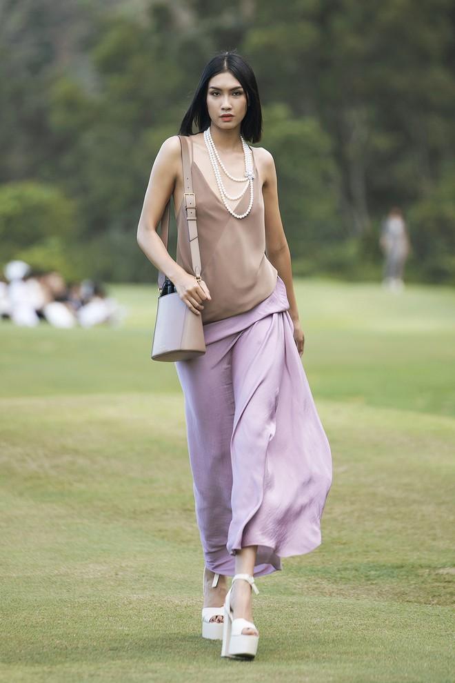 Đi giày hơn 15cm catwalk trên sân golf, khách mời phải ngả mũ trước dàn mẫu đỉnh của NTK Đỗ Mạnh Cường - ảnh 19