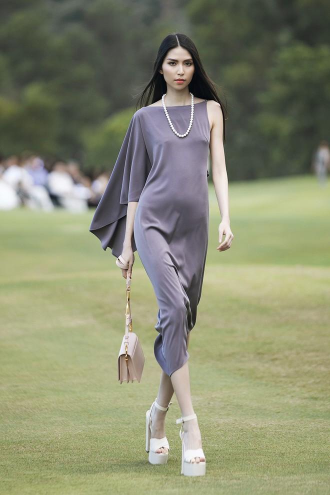 Đi giày hơn 15cm catwalk trên sân golf, khách mời phải ngả mũ trước dàn mẫu đỉnh của NTK Đỗ Mạnh Cường - ảnh 20