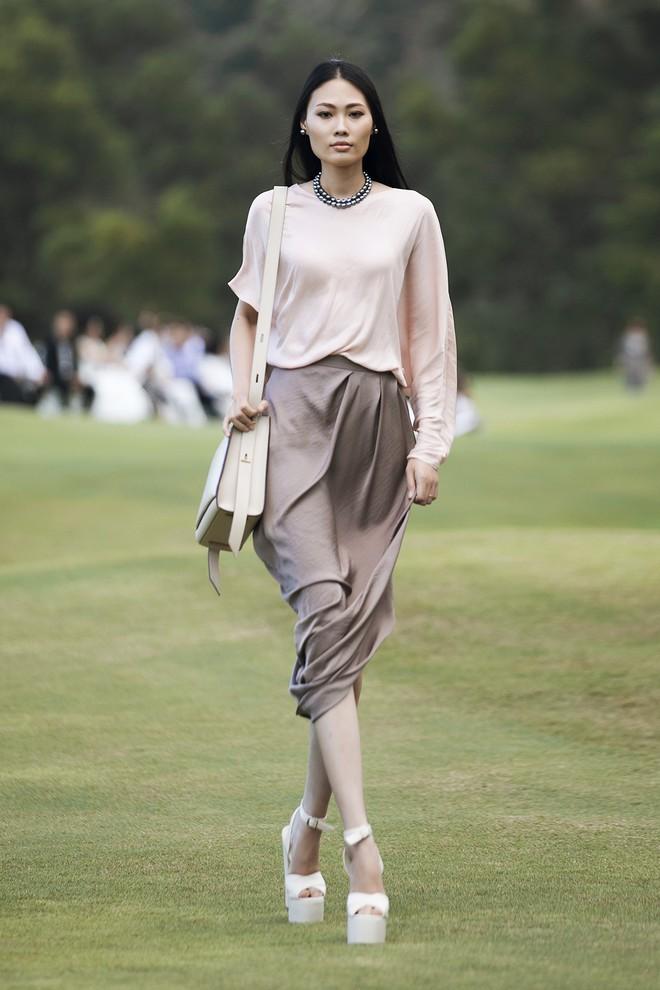 Đi giày hơn 15cm catwalk trên sân golf, khách mời phải ngả mũ trước dàn mẫu đỉnh của NTK Đỗ Mạnh Cường - ảnh 21