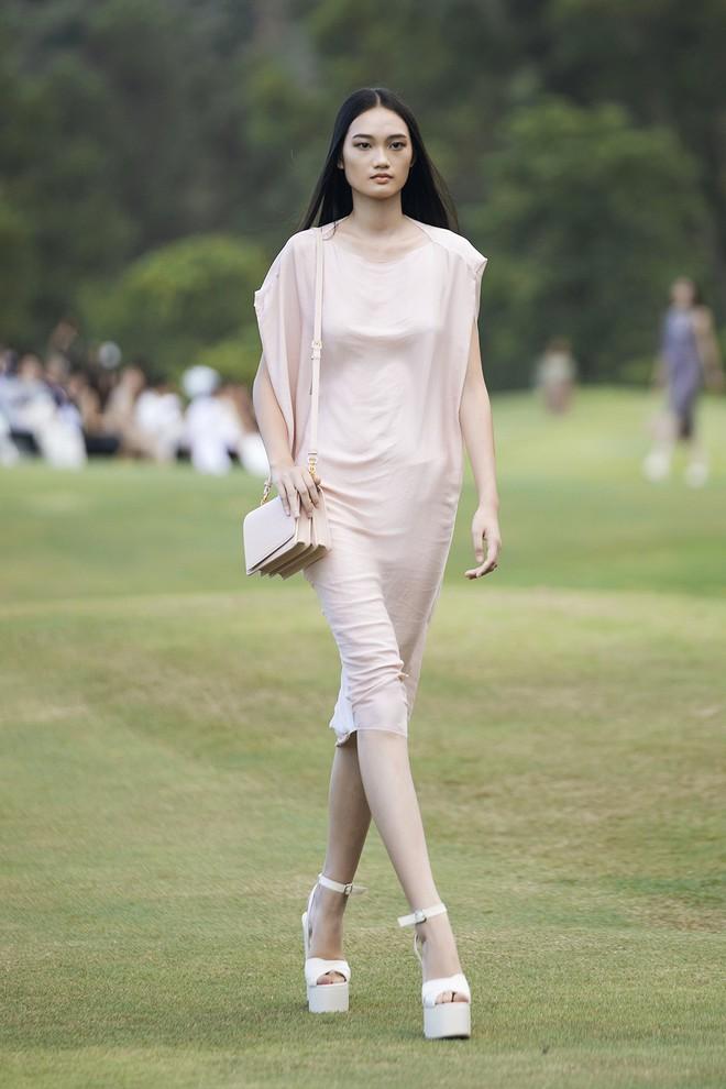 Đi giày hơn 15cm catwalk trên sân golf, khách mời phải ngả mũ trước dàn mẫu đỉnh của NTK Đỗ Mạnh Cường - ảnh 22