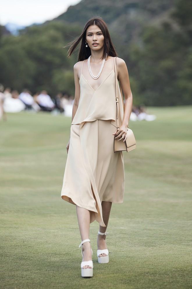 Đi giày hơn 15cm catwalk trên sân golf, khách mời phải ngả mũ trước dàn mẫu đỉnh của NTK Đỗ Mạnh Cường - ảnh 23