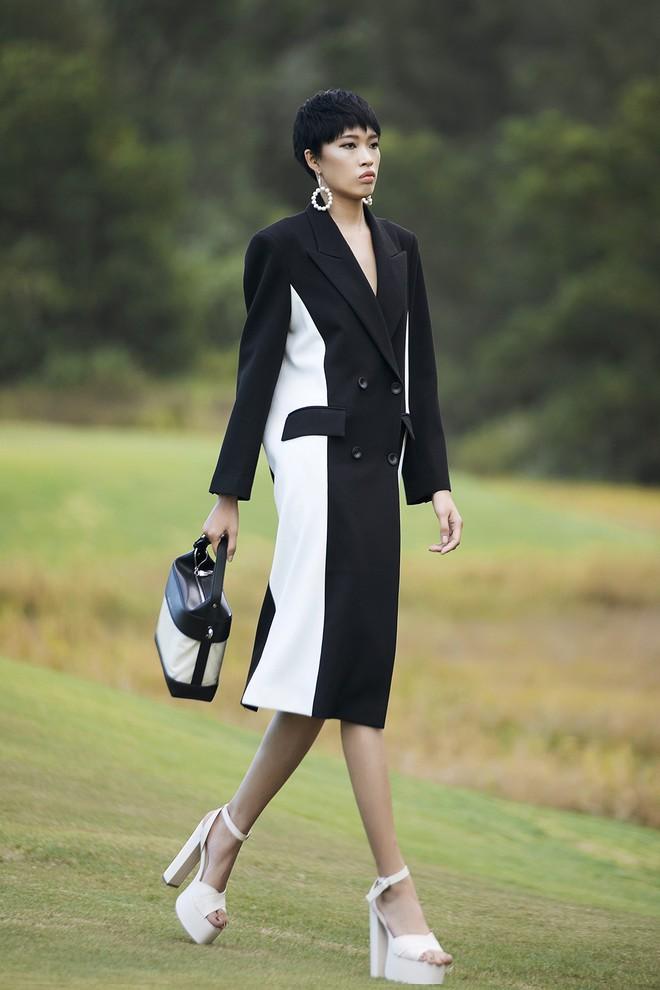 Đi giày hơn 15cm catwalk trên sân golf, khách mời phải ngả mũ trước dàn mẫu đỉnh của NTK Đỗ Mạnh Cường - ảnh 25