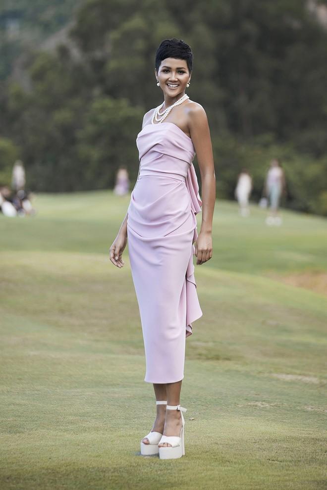 Đi giày hơn 15cm catwalk trên sân golf, khách mời phải ngả mũ trước dàn mẫu đỉnh của NTK Đỗ Mạnh Cường - ảnh 1