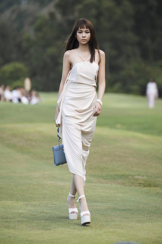 Đi giày hơn 15cm catwalk trên sân golf, khách mời phải ngả mũ trước dàn mẫu đỉnh của NTK Đỗ Mạnh Cường - ảnh 26