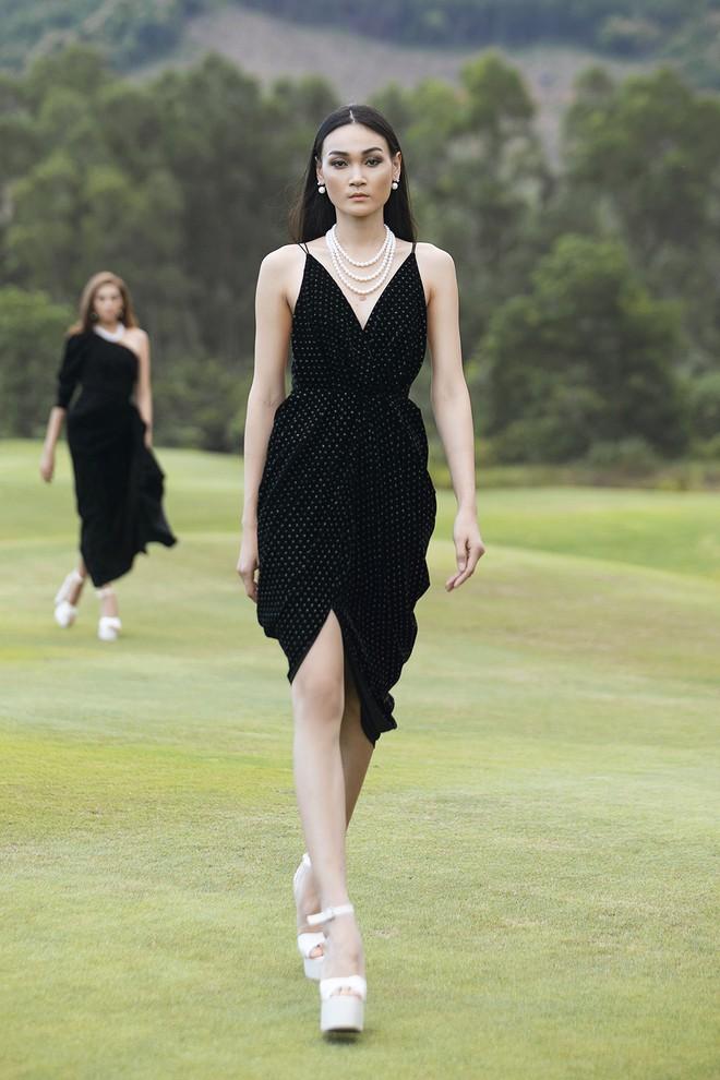 Đi giày hơn 15cm catwalk trên sân golf, khách mời phải ngả mũ trước dàn mẫu đỉnh của NTK Đỗ Mạnh Cường - ảnh 27