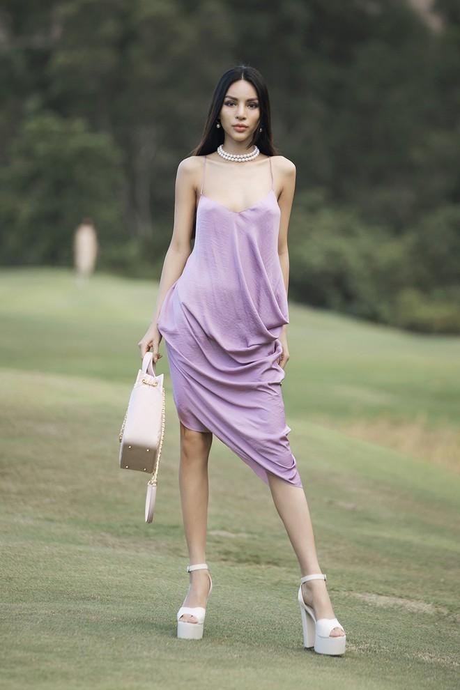 Đi giày hơn 15cm catwalk trên sân golf, khách mời phải ngả mũ trước dàn mẫu đỉnh của NTK Đỗ Mạnh Cường - ảnh 28