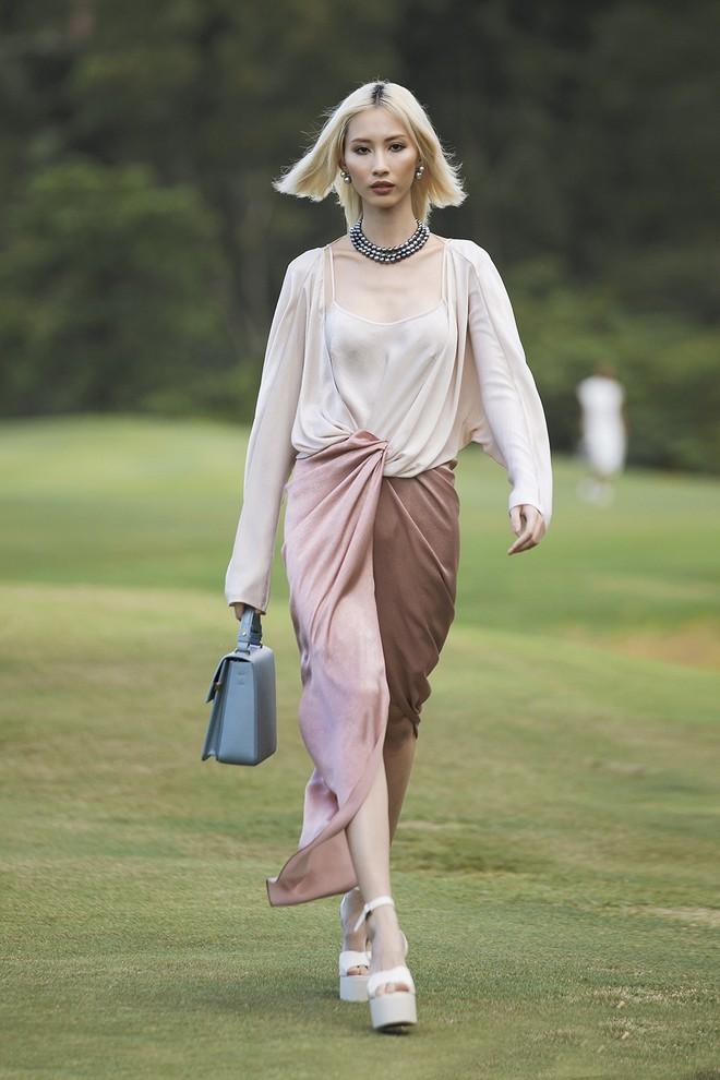 Đi giày hơn 15cm catwalk trên sân golf, khách mời phải ngả mũ trước dàn mẫu đỉnh của NTK Đỗ Mạnh Cường - ảnh 29