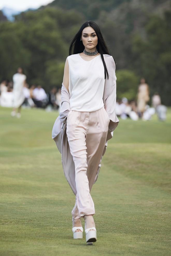 Đi giày hơn 15cm catwalk trên sân golf, khách mời phải ngả mũ trước dàn mẫu đỉnh của NTK Đỗ Mạnh Cường - ảnh 30