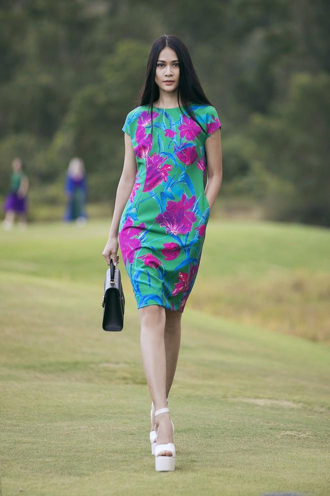 Đi giày hơn 15cm catwalk trên sân golf, khách mời phải ngả mũ trước dàn mẫu đỉnh của NTK Đỗ Mạnh Cường - ảnh 31