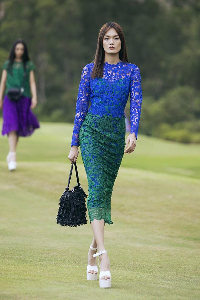 Đi giày hơn 15cm catwalk trên sân golf, khách mời phải ngả mũ trước dàn mẫu đỉnh của NTK Đỗ Mạnh Cường - ảnh 33