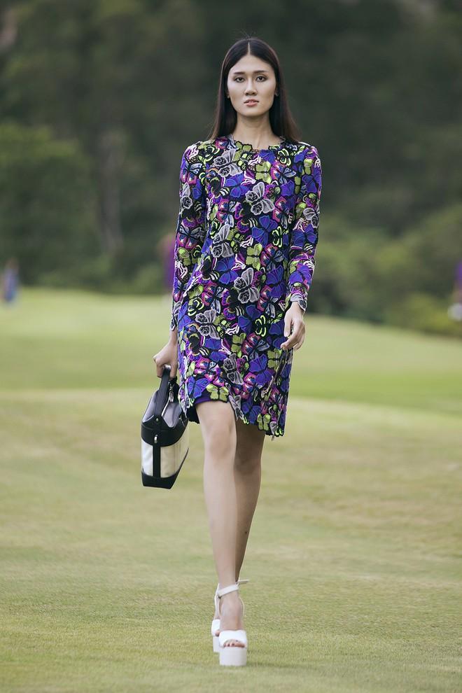 Đi giày hơn 15cm catwalk trên sân golf, khách mời phải ngả mũ trước dàn mẫu đỉnh của NTK Đỗ Mạnh Cường - ảnh 34