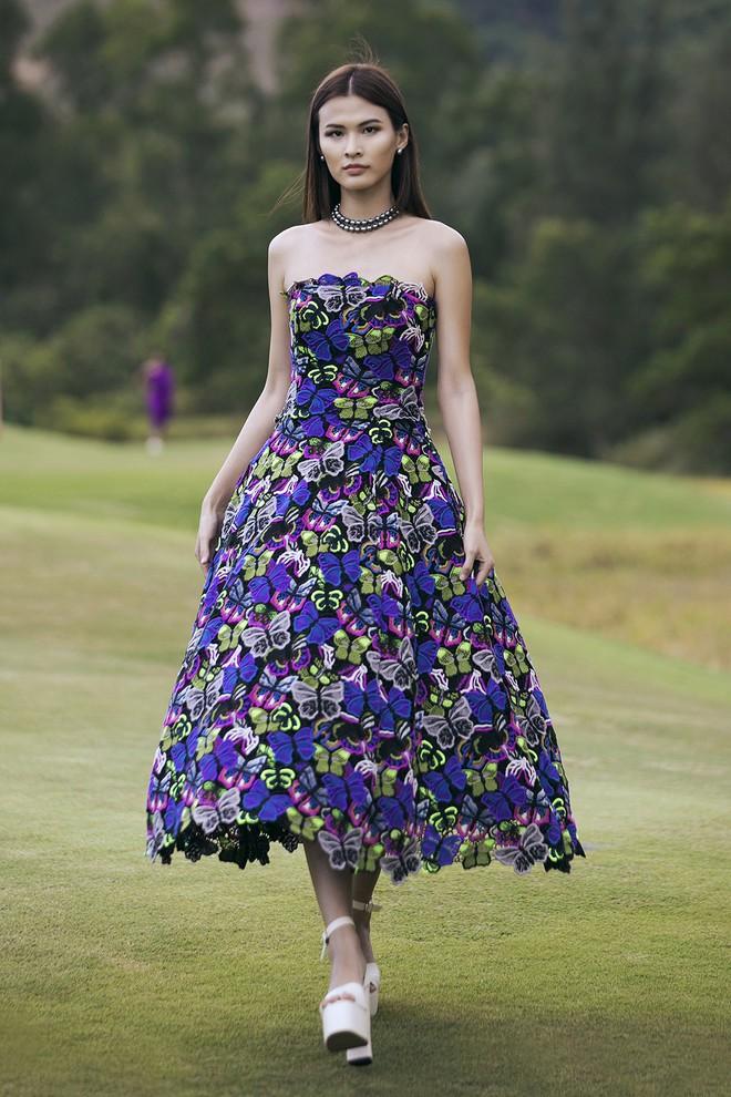 Đi giày hơn 15cm catwalk trên sân golf, khách mời phải ngả mũ trước dàn mẫu đỉnh của NTK Đỗ Mạnh Cường - ảnh 37