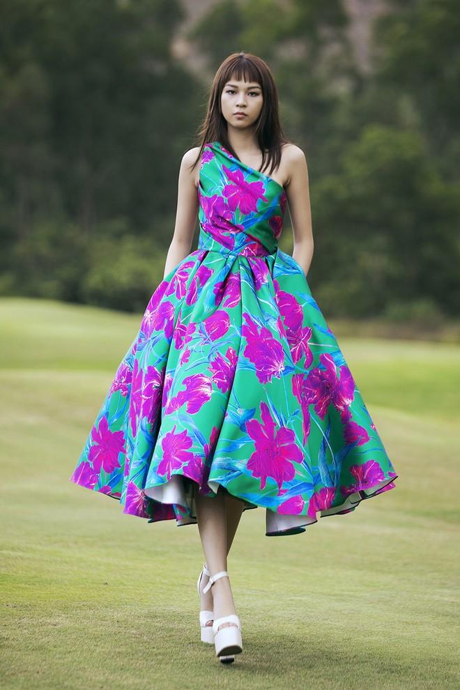 Đi giày hơn 15cm catwalk trên sân golf, khách mời phải ngả mũ trước dàn mẫu đỉnh của NTK Đỗ Mạnh Cường - ảnh 39