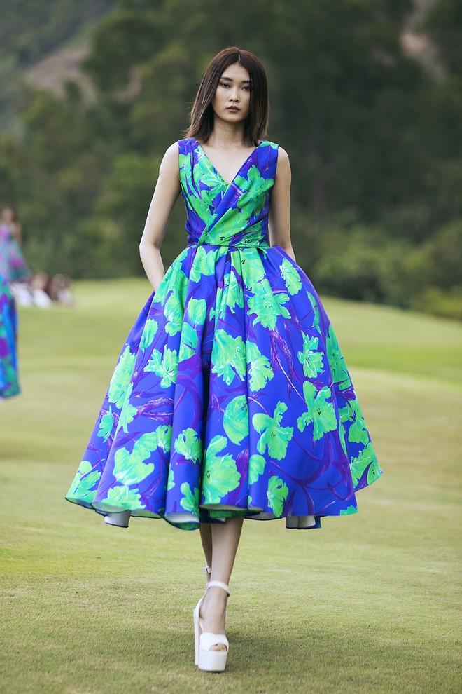 Đi giày hơn 15cm catwalk trên sân golf, khách mời phải ngả mũ trước dàn mẫu đỉnh của NTK Đỗ Mạnh Cường - ảnh 40