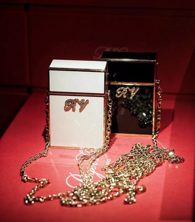 Túi mini nhỏ xíu bằng bàn tay giá hơn 40 triệu đồng đang được loạt sao Hoa ngữ thi nhau diện - ảnh 10
