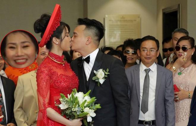 Vợ chồng Diệp Lâm Anh hạnh phúc tới nỗi hôn say đắm như muốn nuốt chửng nhau luôn - Ảnh 7.