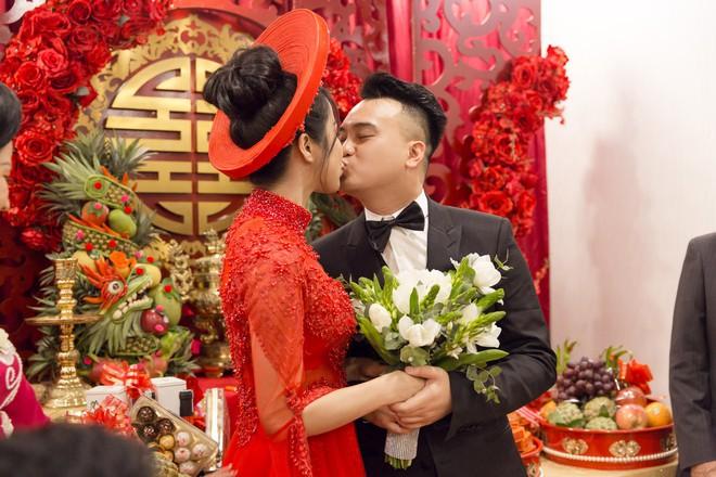 Vợ chồng Diệp Lâm Anh hạnh phúc tới nỗi hôn say đắm như muốn nuốt chửng nhau luôn - Ảnh 5.