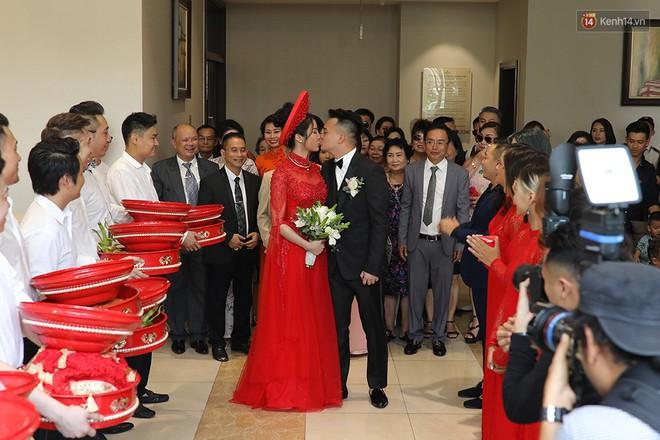 Vợ chồng Diệp Lâm Anh hạnh phúc tới nỗi hôn say đắm như muốn nuốt chửng nhau luôn - Ảnh 1.