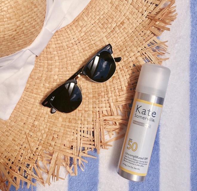 Mùa hè đến Hà Nội rồi, bạn gái nhớ làm ngay những điều này để da không đen sạm vì nắng - Ảnh 1.