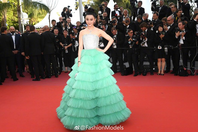 Cannes 2018: Phạm Băng Băng gây thất vọng vì nhuộm xanh thảm đỏ, hở ngực - gây sốc vẫn được tận dụng triệt để - Ảnh 2.