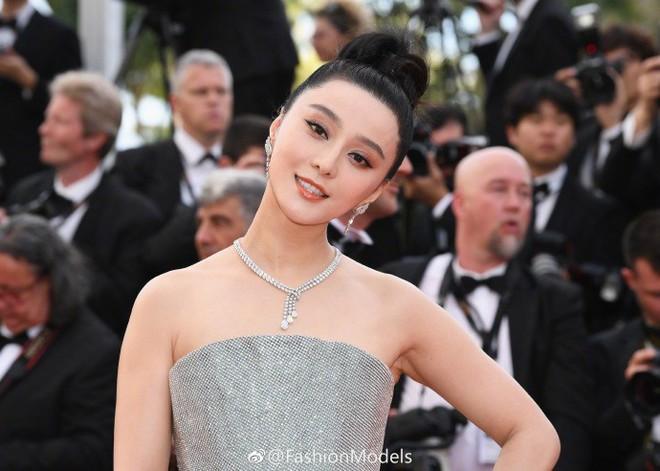 Cannes 2018: Phạm Băng Băng gây thất vọng vì nhuộm xanh thảm đỏ, hở ngực - gây sốc vẫn được tận dụng triệt để - Ảnh 3.