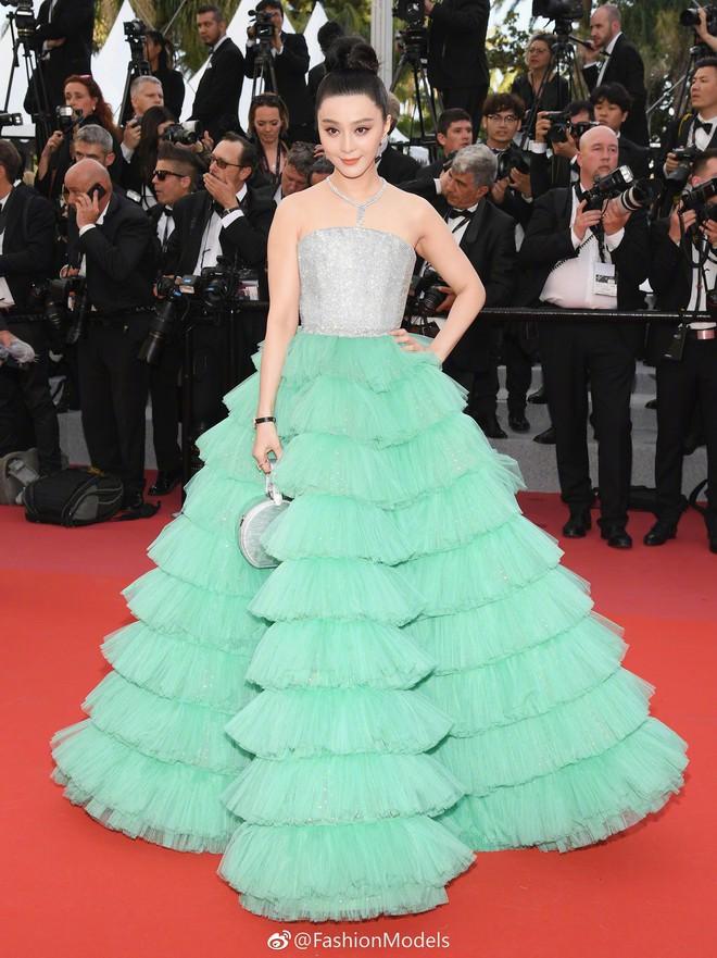 Cannes 2018: Phạm Băng Băng gây thất vọng vì nhuộm xanh thảm đỏ, hở ngực - gây sốc vẫn được tận dụng triệt để - Ảnh 4.