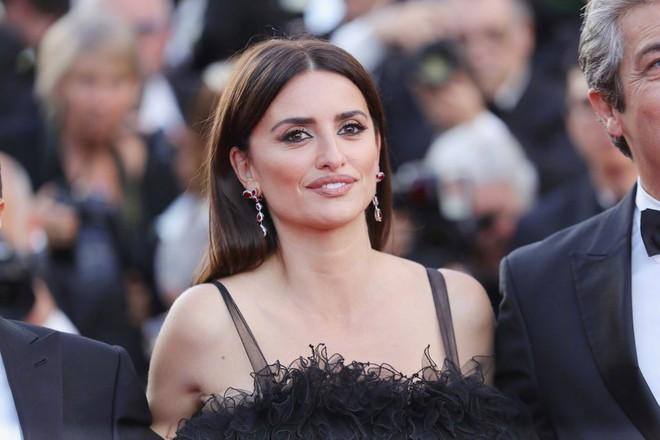 Cannes 2018: Phạm Băng Băng gây thất vọng vì nhuộm xanh thảm đỏ, hở ngực - gây sốc vẫn được tận dụng triệt để - Ảnh 14.