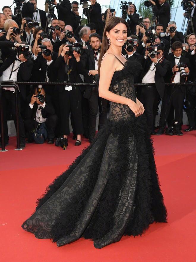 Cannes 2018: Phạm Băng Băng gây thất vọng vì nhuộm xanh thảm đỏ, hở ngực - gây sốc vẫn được tận dụng triệt để - Ảnh 15.