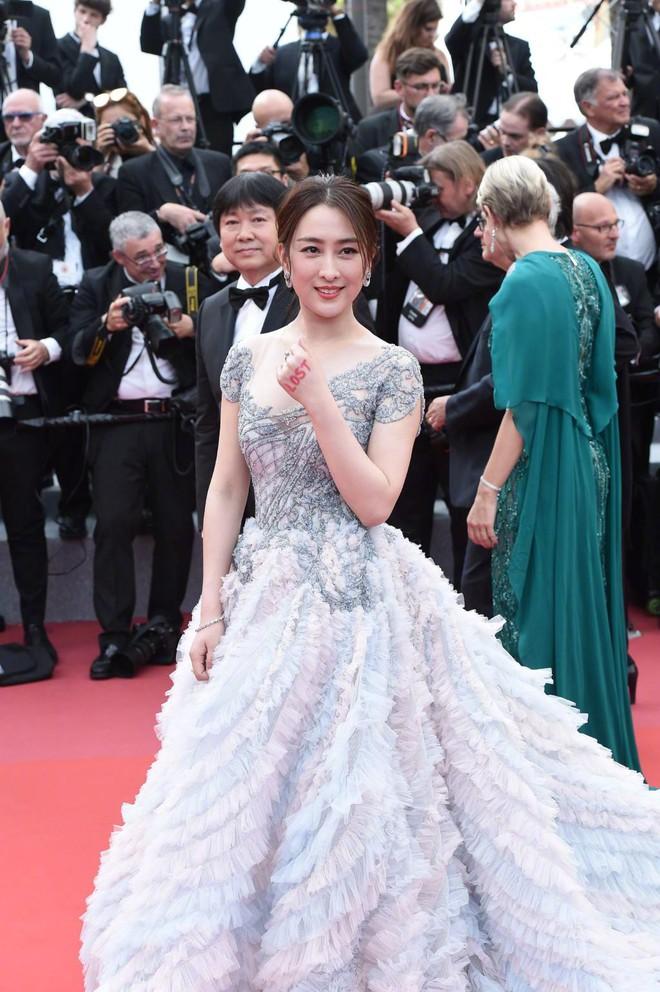 Cannes 2018: Phạm Băng Băng gây thất vọng vì nhuộm xanh thảm đỏ, hở ngực - gây sốc vẫn được tận dụng triệt để - Ảnh 23.