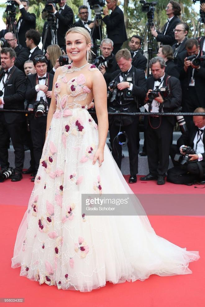 Cannes 2018: Phạm Băng Băng gây thất vọng vì nhuộm xanh thảm đỏ, hở ngực - gây sốc vẫn được tận dụng triệt để - Ảnh 33.