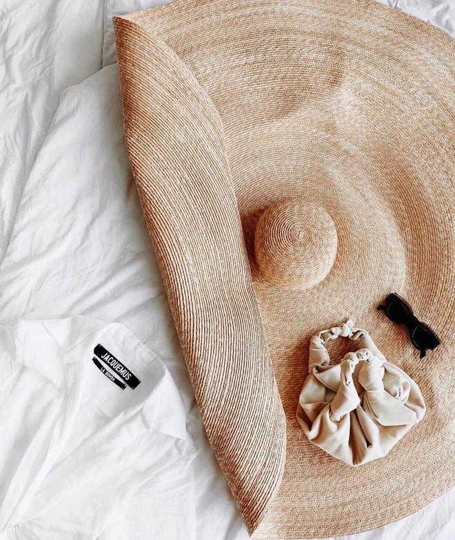 Chiếc mũ khổng lồ đủ che nắng cho cả dòng họ của cô dâu Đan Mạch hóa ra đang là hot trend tung hoành giới fashionista hè này - Ảnh 4.