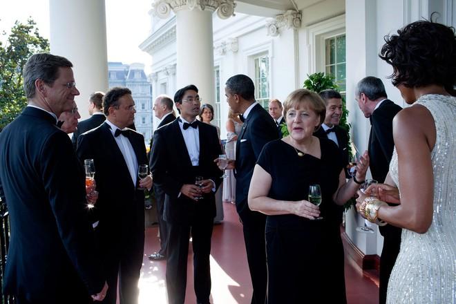 Fan giật mình soi ra ông Obama và Thủ tướng Đức Angela Merkel làm... cameo Thư Ký Kim - ảnh 4
