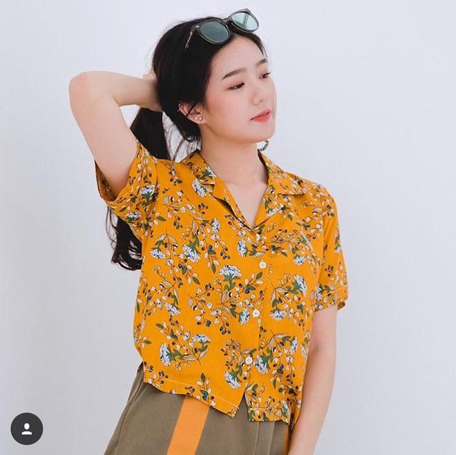 Không phải áo phông, áo sơ mi cộc tay hoa hòe hoa sói mới là item được các hot girl Thái diện như đồng phục hè này - Ảnh 3.