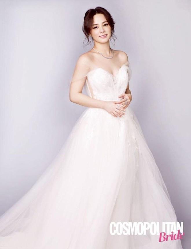 Chung Hân Đồng khoe nhan sắc lão hóa ngược đáng ghen tị với váy cưới trắng tinh khôi - Ảnh 5.