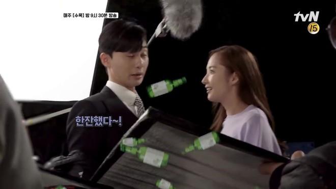Hậu trường Thư Ký Kim: Park Seo Joon buồn thiu vì Park Min Young quá thân thiết với một người - ảnh 7