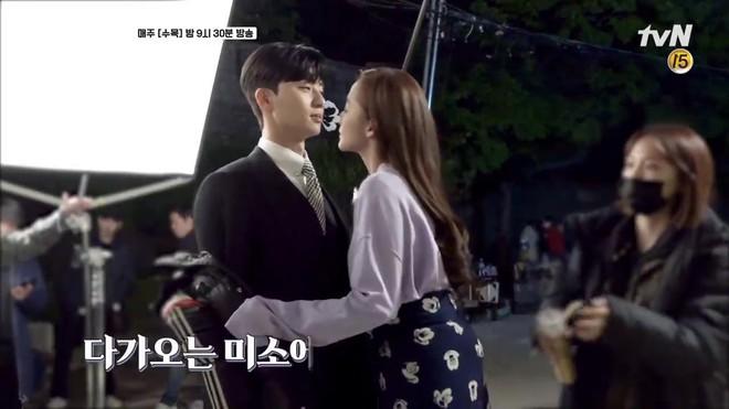 Hậu trường Thư Ký Kim: Park Seo Joon buồn thiu vì Park Min Young quá thân thiết với một người - ảnh 9