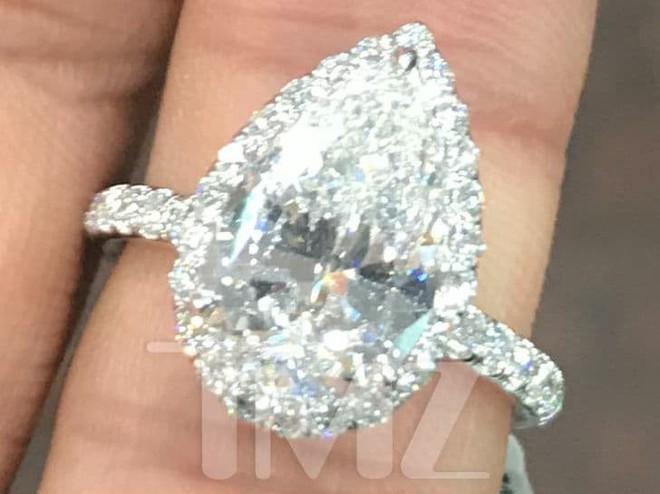 Vừa mới hẹn hò, bạn trai đã mua nhẫn kim cương 2,2 tỷ đồng cầu hôn Ariana Grande - Ảnh 1.