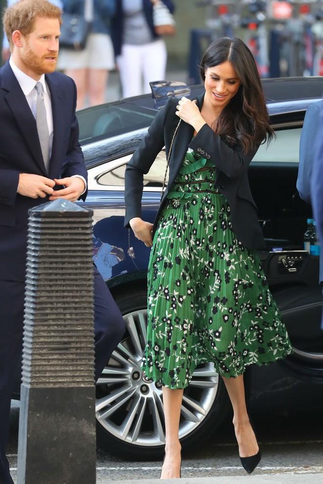 Thường phá vỡ quy tắc Hoàng gia về trang phục, nhưng có điều này Meghan Markle lại chưa bao giờ làm - ảnh 5