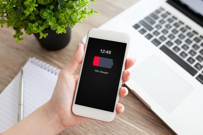 iPhone dùng iOS 11.4 bị rút cạn pin một cách khó hiểu, ảnh hưởng trên diện rộng - Ảnh 1.