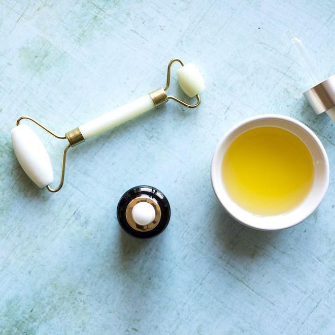 Nếu chưa đủ tiền mua kem dưỡng chuyên dụng, bạn hãy mua loại dầu này để trị quầng thâm mắt - ảnh 1