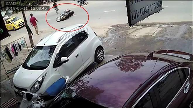 Công an vào cuộc truy xét hai thanh niên đi xe Exciter cướp giật túi xách của cô gái trên đường phố - ảnh 1