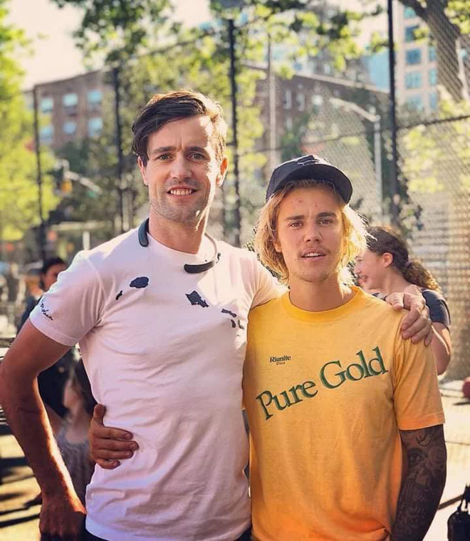 Justin Bieber chụp ảnh với fan nhưng không biết ai là fan, ai là idol nữa? - ảnh 1