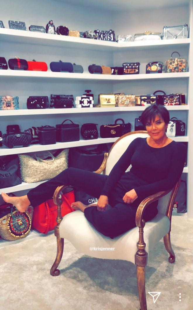 Chẳng kém cạnh con gái, mẹ của Kylie Jenner cũng có phòng để đồ hoành tráng như cửa hàng thời trang cao cấp - ảnh 1
