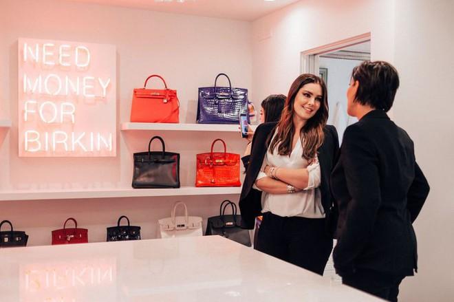 Chẳng kém cạnh con gái, mẹ của Kylie Jenner cũng có phòng để đồ hoành tráng như cửa hàng thời trang cao cấp - ảnh 3