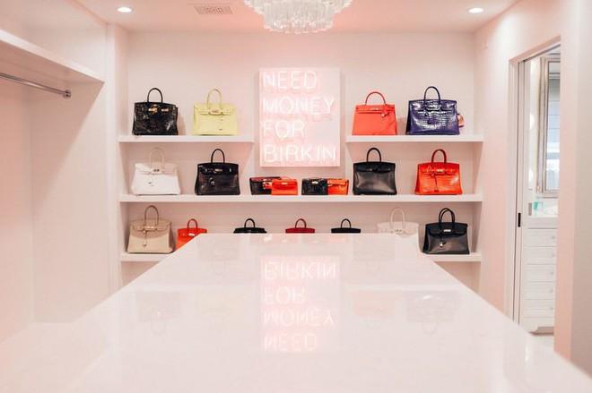 Chẳng kém cạnh con gái, mẹ của Kylie Jenner cũng có phòng để đồ hoành tráng như cửa hàng thời trang cao cấp - ảnh 4