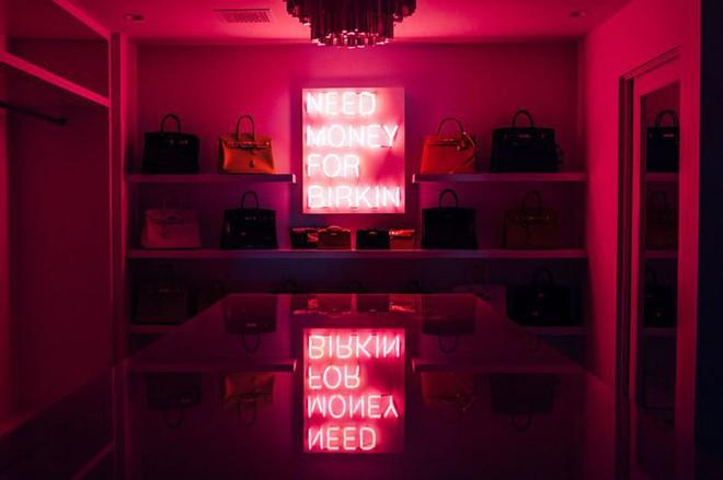 Chẳng kém cạnh con gái, mẹ của Kylie Jenner cũng có phòng để đồ hoành tráng như cửa hàng thời trang cao cấp - ảnh 5