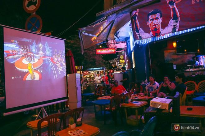 Phố Tây ở Sài Gòn chật kín trong ngày khai mạc World Cup 2018, khách Nga hò hét ăn mừng khi đội nhà thắng đậm - ảnh 2