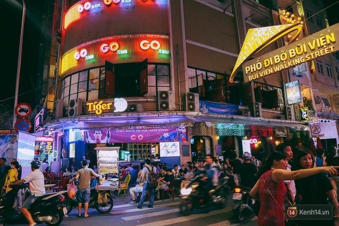 Phố Tây ở Sài Gòn chật kín trong ngày khai mạc World Cup 2018, khách Nga hò hét ăn mừng khi đội nhà thắng đậm - ảnh 1
