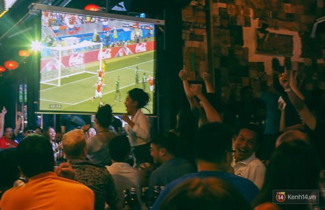 Phố Tây ở Sài Gòn chật kín trong ngày khai mạc World Cup 2018, khách Nga hò hét ăn mừng khi đội nhà thắng đậm - ảnh 16